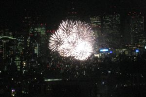 東京ミッドタウンから眺める神宮花火大会