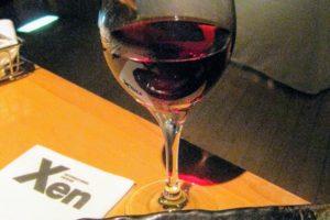 赤ワインを嗜みながら、寿司を堪能