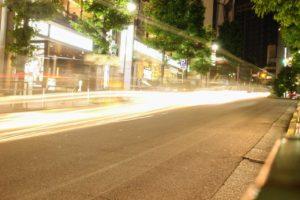 一眼カメラでシャッタースピードを遅くして、夜に車の明かりを撮影