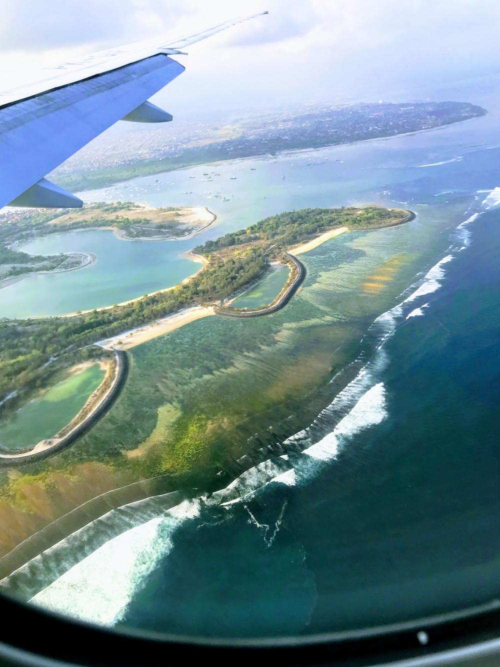 バリ島着陸直前に 飛行機内から見えた浜辺