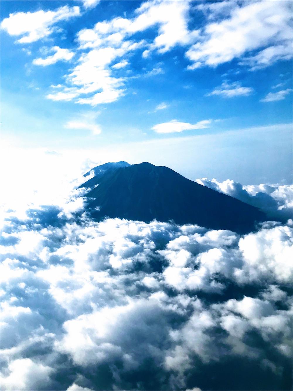 飛行機内から見えた「アグン山」
