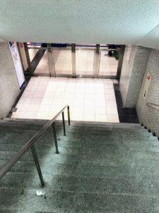 新宿の福家書店手前の階段