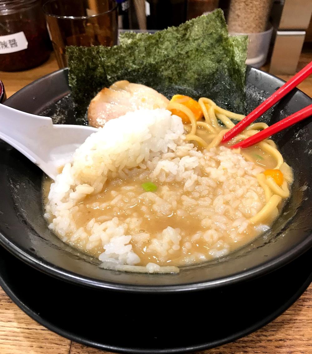 横浜家系ラーメン 道玄家 渋谷文化村店で、ライスをどんぶりに入れて、おじやのように美味しくいただく(2019年1月6日)/SHUN ONLINE