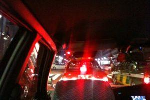 深夜の表参道を進むタクシー