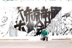SHUN ONLINE(樺澤俊悟)/渋谷パルコの建替工事現場の壁にコラージュされた『AKIRA』イラスト前にて(2019年4月28日)