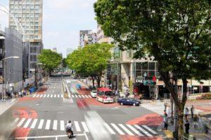 スローシャッタスピードでの撮影。渋谷・宮下公園歩道橋から見た原宿方面。(2019年4月21日、by SHUN ONLINE)