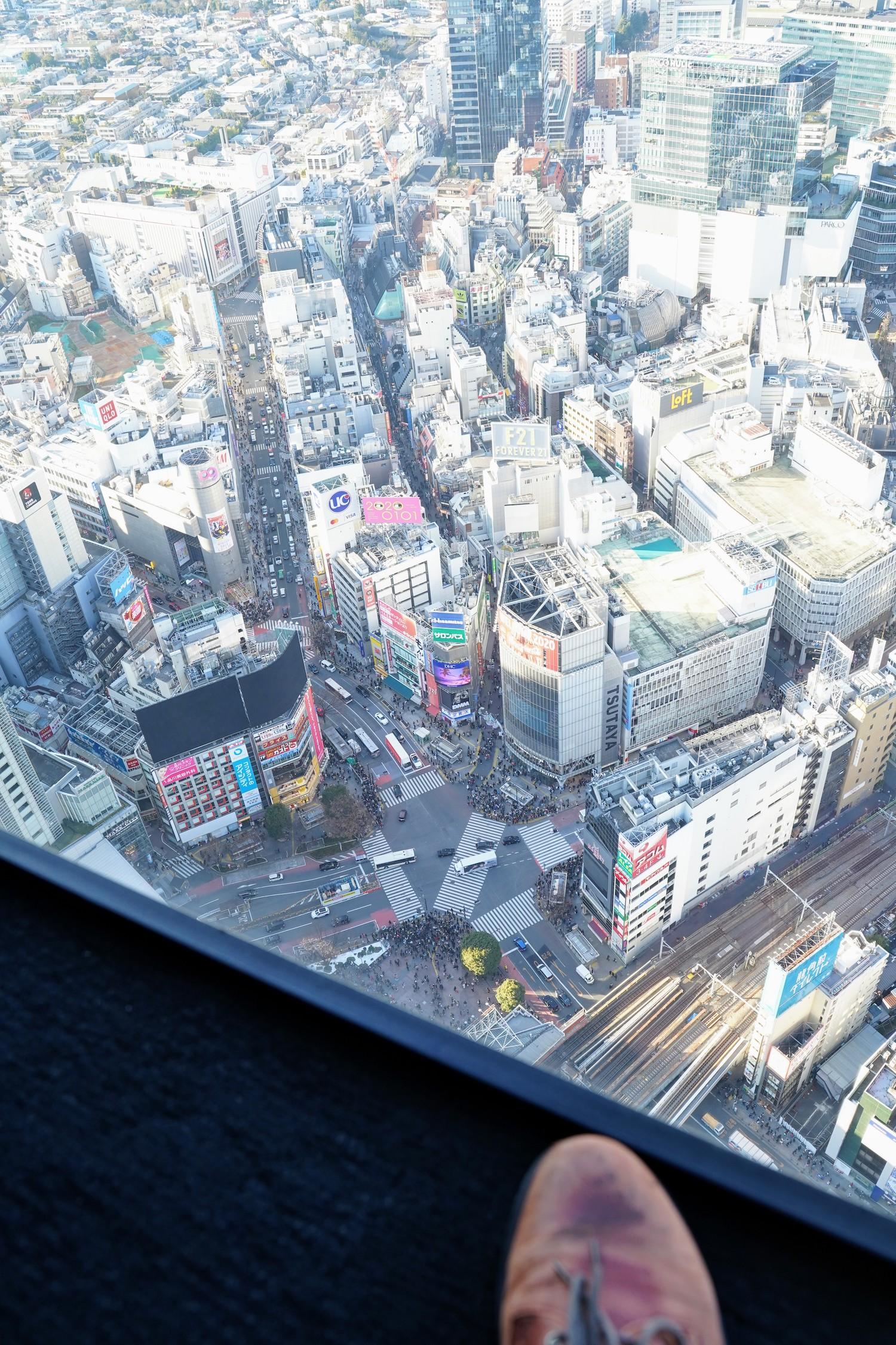 渋谷スクランブルスクエアの屋上「SHIBUYA SKY(渋谷スカイ)」からの眺望。スクランブル交差点方面/2019年12月29日、撮影:SHUN ONLINE
