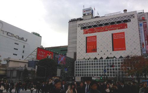 真っ赤な渋谷スクランブル交差点