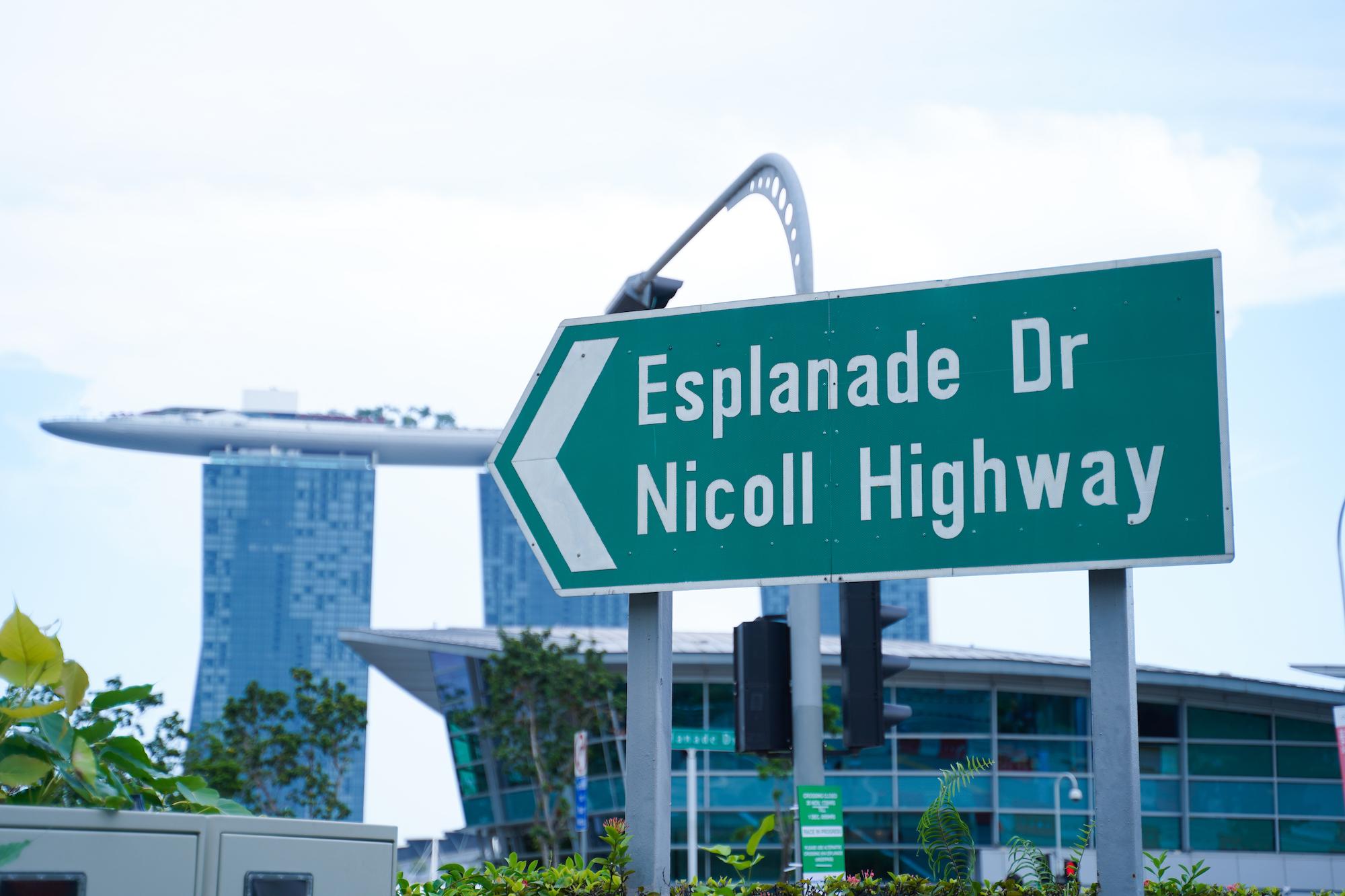 シンガポールの道路標識。背後にマリーナベイサンズが見える。/2019年12月1日:撮影:SHUN ONLINE