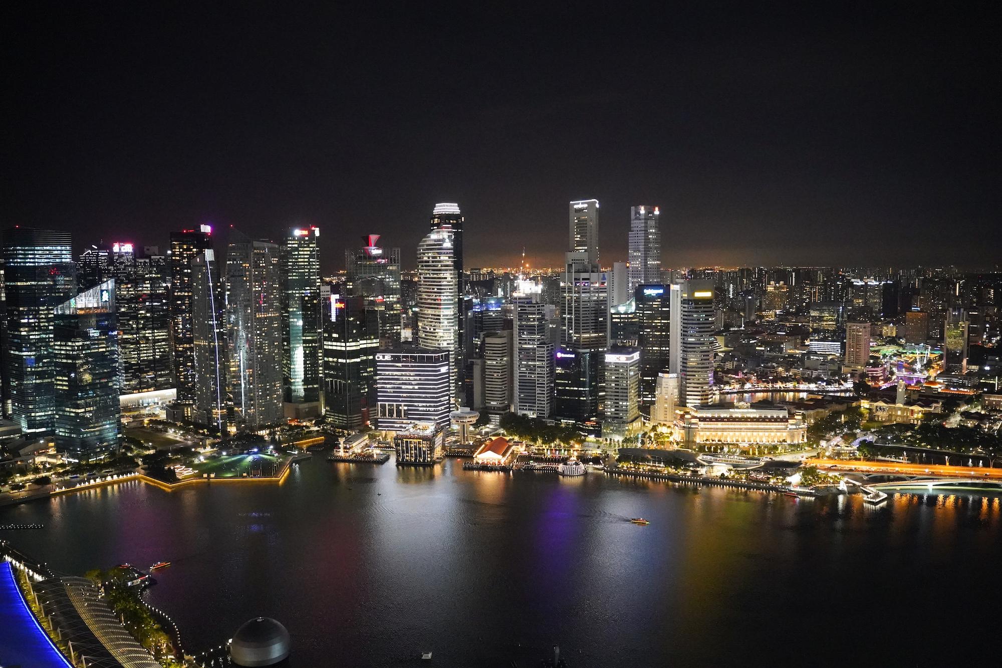 シンガポールのマリーナベイ・サンズの屋上にあるレストラン「セ・ラ・ヴィ」から眺めた夜景/2019年11月29日:撮影:SHUN ONLINE