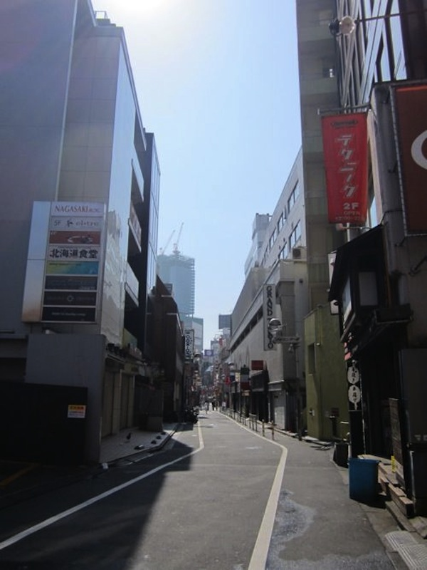 日曜の朝の渋谷センター街(建設中のヒカリエが向こうに見える)