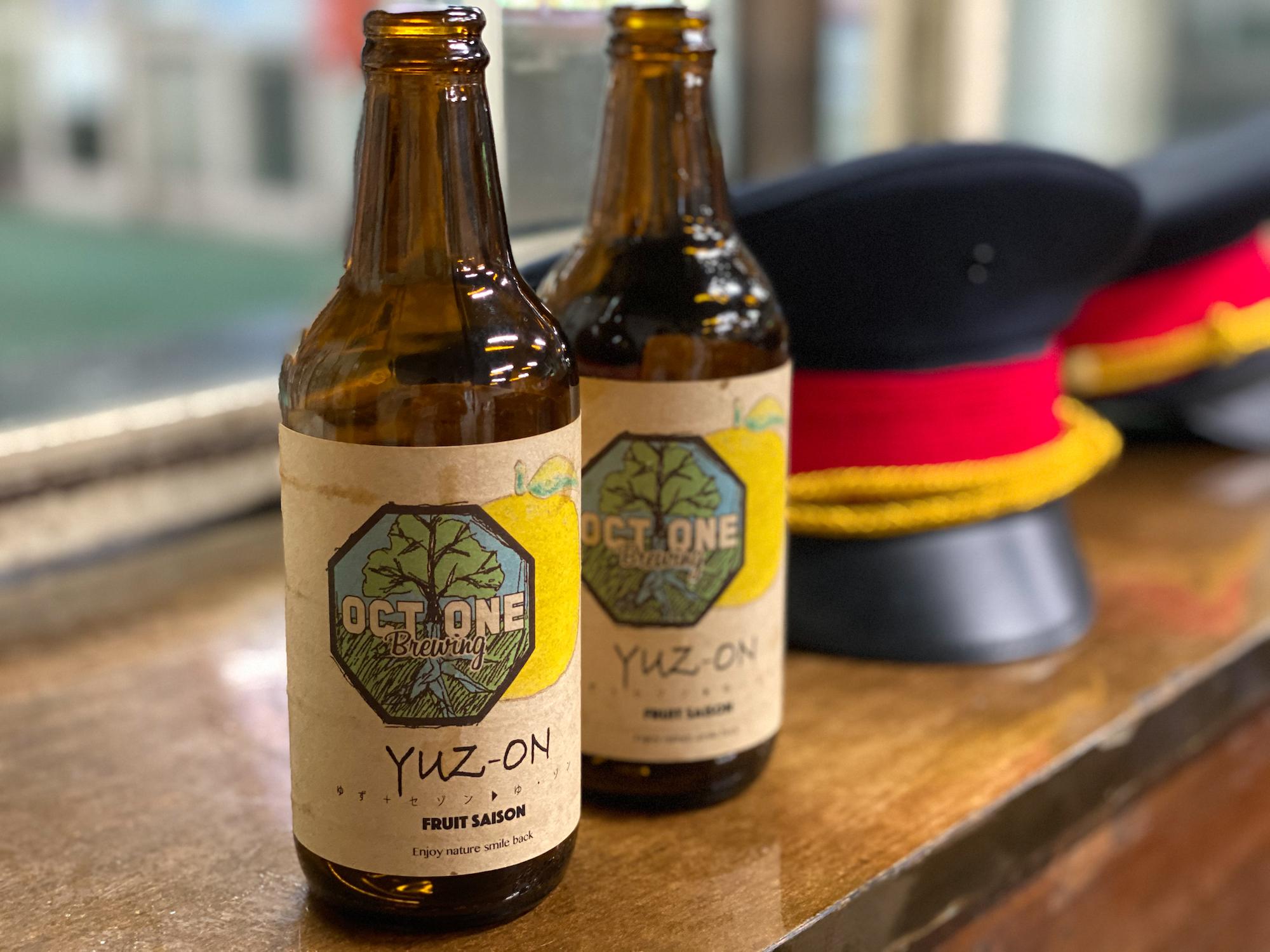 土合駅の「駅茶 mogura」(モグラカフェ)のクラフトビール(ゆず)と駅員さんの帽子(2020年9月6日/撮影:SHUN)