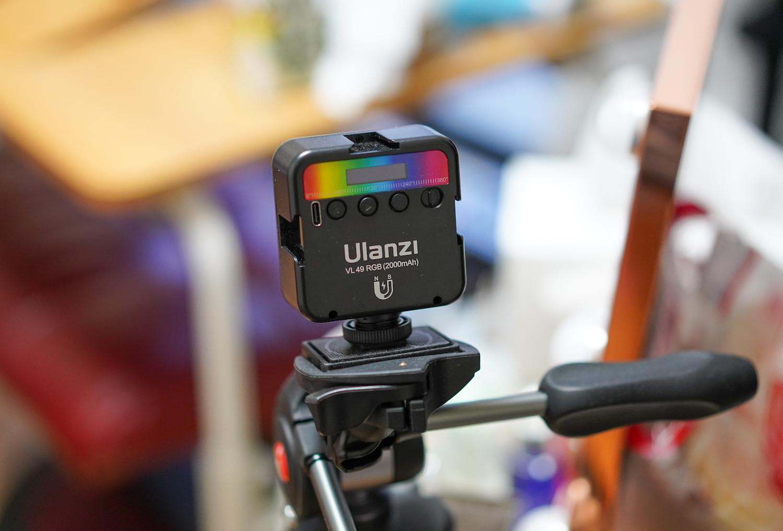 Ulanzi(ウランジ)のライトを三脚につけて