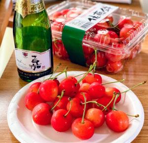 山形の初夏の名物・サクランボ「佐藤錦」を、高畠ワイナリーのスパークリングワインと共に