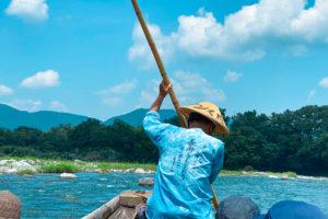 長瀞(埼玉県)を流れる荒川での長瀞ラインくだりに乗って、船頭さんの後ろ姿を/2021年7月24日/撮影:SHUN