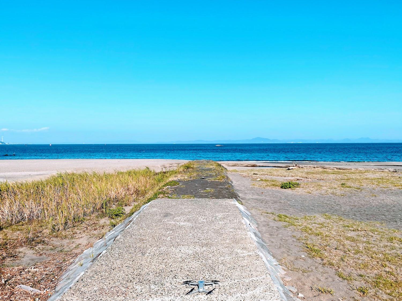 三浦海岸から沖ノ島(三浦市/島・離島)を眺めるDRONE(ドローン)