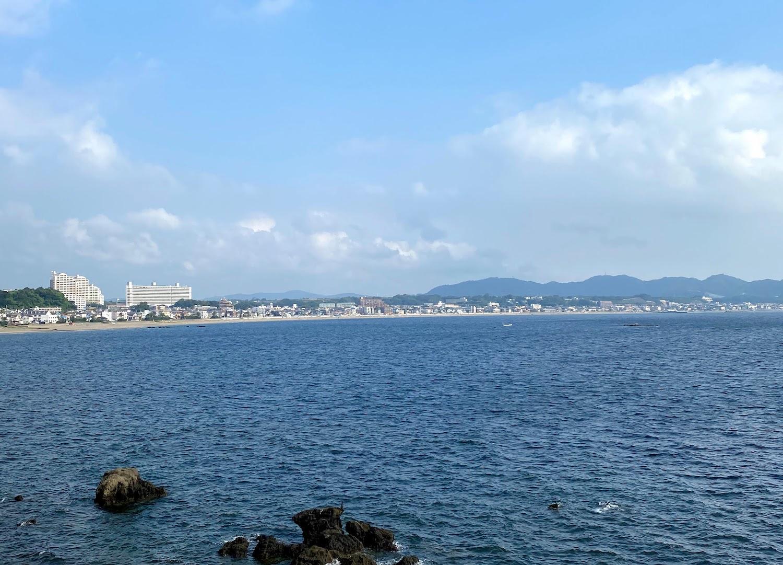 HOTEL SURFSIDEから眺める三浦海岸、沖ノ島
